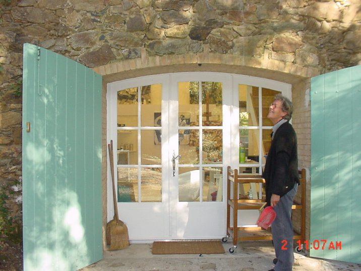Mayke Sassen in front of her studio